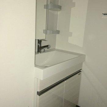 コンパクトな脱衣所に洗面台。※写真は1階の似た間取り別部屋のものです
