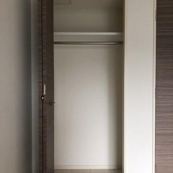 収納。下に小さめのラックを置いたり。※写真は1階の似た間取り別部屋のものです