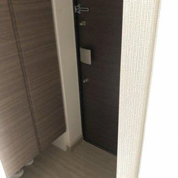 玄関の広さは十分。※写真は1階の似た間取り別部屋のものです