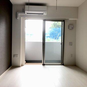 白いお部屋にブラウンが映えます。※写真は1階の似た間取り別部屋のものです