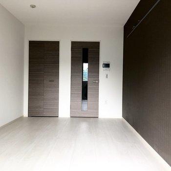壁のピクチャーレールにお気に入りのアイテムを飾ってみても◎※写真は1階の似た間取り別部屋のものです