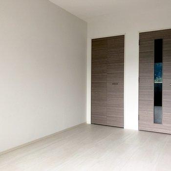 白が多くて明るい印象。※写真は1階の似た間取り別部屋のものです