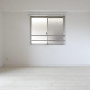 こちら側には小窓。(※写真は8階の同間取り別部屋のものです)