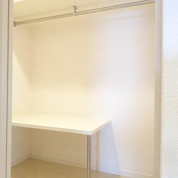 そして玄関横には大容量のウォークイン!デッドスペースになりがちな下の部分にもこんな棚が!(※写真は8階の同間取り別部屋のものです)