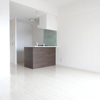 キッチンはグリーンのタイルが可愛いんです。(※写真は8階の同間取り別部屋のものです)