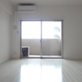 つるっとした白のフローリングの明るいお部屋。(※写真は8階の同間取り別部屋のものです)