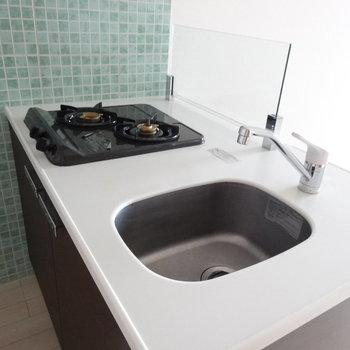 タイルが可愛い〜!!コンパクトなシンクにコンロは2 口。調理スペースはちゃんと確保されています。(※写真は8階の同間取り別部屋のものです)