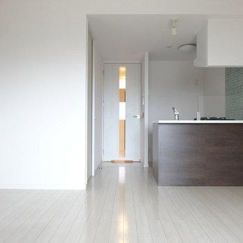 キッチンは濃いめブラウンでシックに。(※写真は8階の同間取り別部屋のものです)