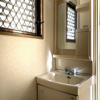 照明がキュートな独立洗面台※写真は通電前のものです