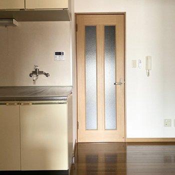 【DK】テレビはドアの隣かなあ※写真は通電前のものです