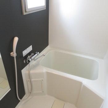 お風呂には窓がついています