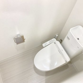 トイレは上部に収納が付いています。※写真は1階の反転間取り別部屋のものです