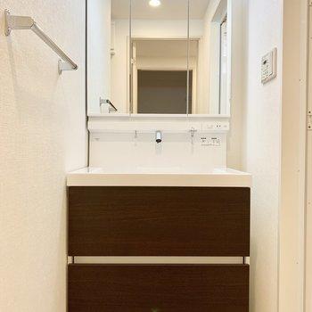 独立洗面台。三面鏡です。※写真は1階の反転間取り別部屋のものです