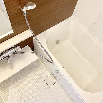 お風呂もゆったり。追い炊き付きです。※写真は1階の反転間取り別部屋のものです