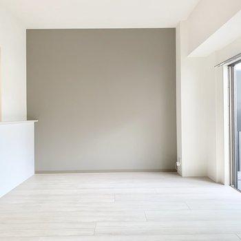 【LDK】こちらはグレーのアクセントクロス。※写真は1階の反転間取り別部屋のものです