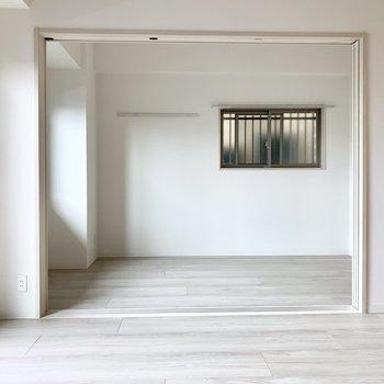 【LDK】奥には洋室が引き戸を閉めれば仕切れます。※写真は1階の反転間取り別部屋のものです