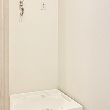 洗濯機は脱衣所に。※写真は1階の反転間取り別部屋のものです