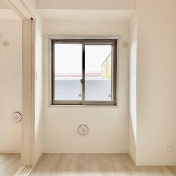 【洋室】右手の壁にはピクチャーレール。※写真は1階の反転間取り別部屋のものです