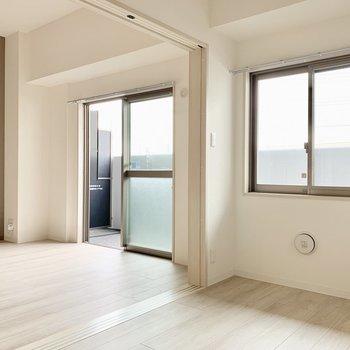 【LDK】東向きの窓が明るい〜※写真は1階の反転間取り別部屋のものです