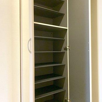 シューズボックスの扉には鏡が付いています。※写真は1階の反転間取り別部屋のものです