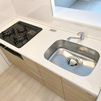 【LDK】3口コンロ。調理スペースはやや狭め。※写真は1階の反転間取り別部屋のものです
