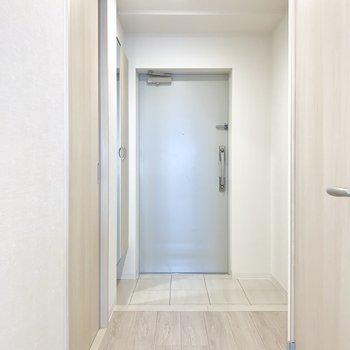 玄関スペース。ゆとりがあります。※写真は1階の反転間取り別部屋のものです