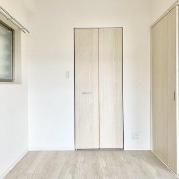【洋室】ここにはベッドが置けそう。※写真は1階の反転間取り別部屋のものです