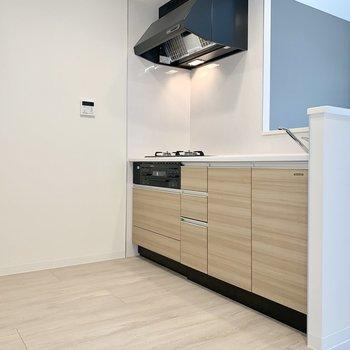 【LDK】キッチンひろびろ。冷蔵庫は背面に。※写真は1階の反転間取り別部屋のものです