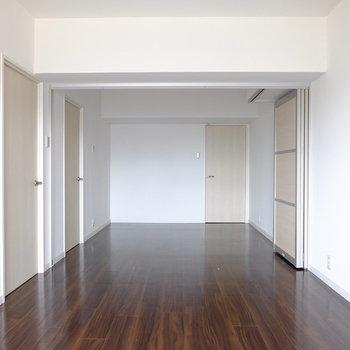 こちらはリビング横のお部屋。結構広め