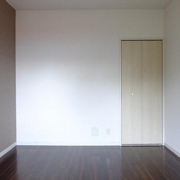 アクセントクロスとドアの色合いがモカみたいでなんだか可愛い