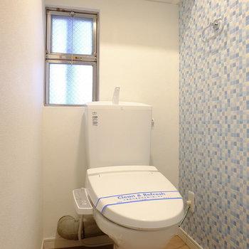 トイレは明るくて小窓もついてる!