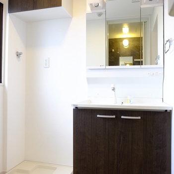 洗面台や洗濯機上の収納もお部屋の雰囲気に併せた色味