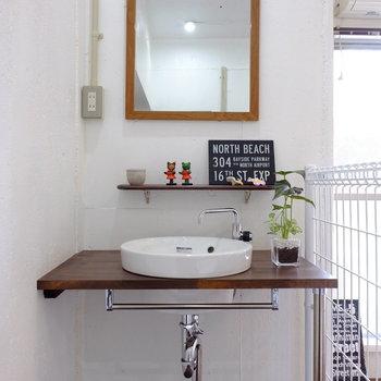 お洒落な洗面台。場所もポイント。帰ってきてすぐ手を洗える良い場所に。