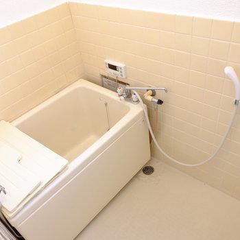 お次はちょっと奥に入ってお風呂へ。レトロだけど追い焚き付きというギャップ