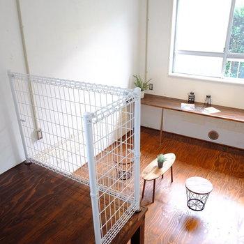 こちらはキッチンから下がったスペース。4.5帖ほど窓沿いのテーブルが可愛い…