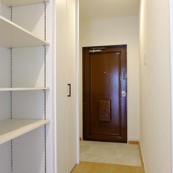 廊下部分にも可動式の棚。ダークな玄関扉がいいアクセント※イメージ