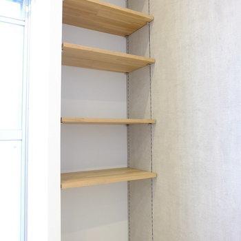 可動式の棚。こちらは無垢材でぬくもりをプラス※イメージ