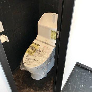 キッチンの横のトイレがありました。上には棚もあって、使いやすそうです!
