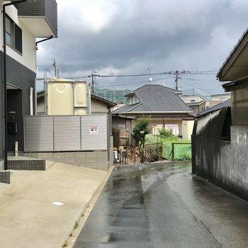 アパートの前は穏やかな住宅街。