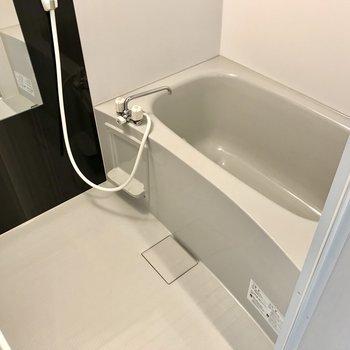 浴室乾燥機付きのお風呂。雨の日のお洗濯も心配ないですね!
