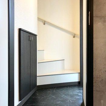 玄関は狭くもなく、広くもなく。ひとりで出入りするときはストレスのない広さです!