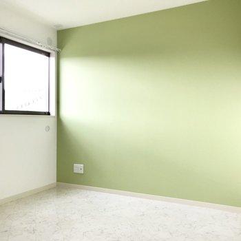 南向きの4帖洋室。ライトグリーンが爽やか。テレビも置けますよ!ベッドと間接照明だけで雰囲気を出そう。
