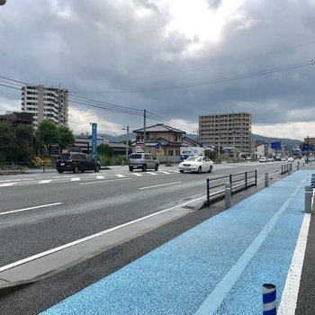 徒歩すぐに大きな大通り。自転車用の道もあって安心。ガソリンスタンドもありました!