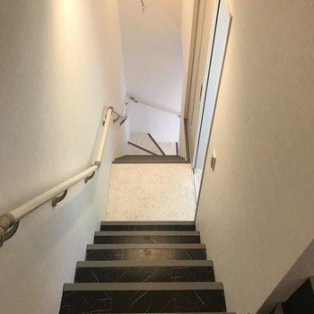 階段はバイカラーになっていて、メリハリがついています。