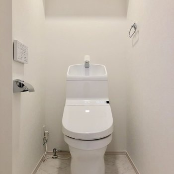上に棚付きのトイレです※写真は前回募集時のものです