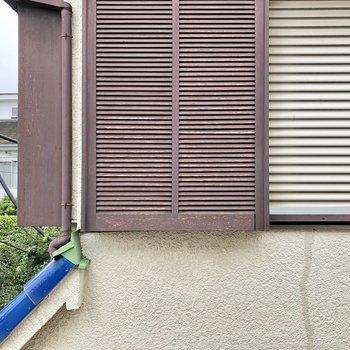窓からは隣の家が