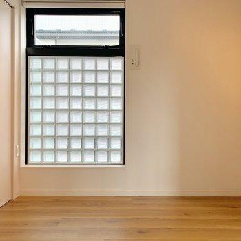 こちらの窓にはロールカーテンが付いています