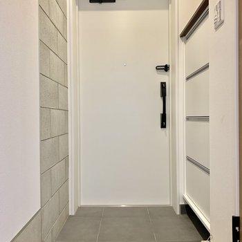 玄関もコンクリート壁ですよ