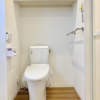 トイレ上にも収納棚があって便利ですね