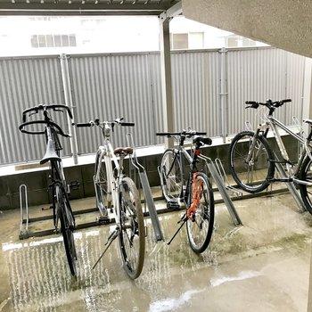 駐輪場はエントランス奥にあります。